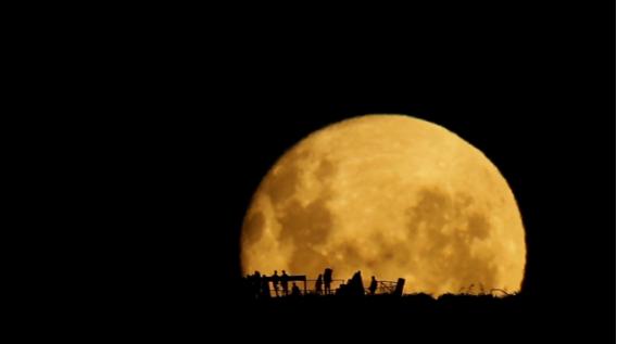 La salida de la luna por Mark Gee