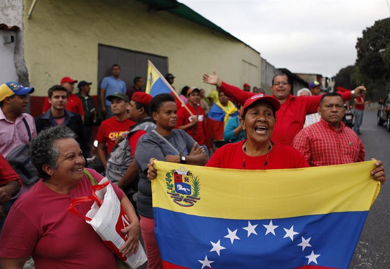 Simpatizantes de Hugo Chávez celebran su regreso afuera del Hospital Militar. Foto EFE