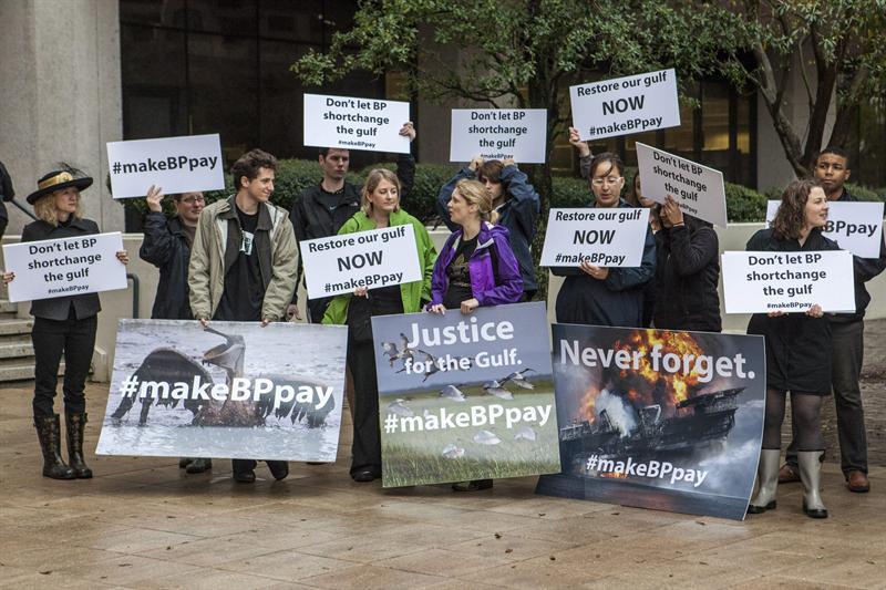 Manifestantes en contra de British Petroleum afuera de la corte en Nueva Orleans. Foto EFE