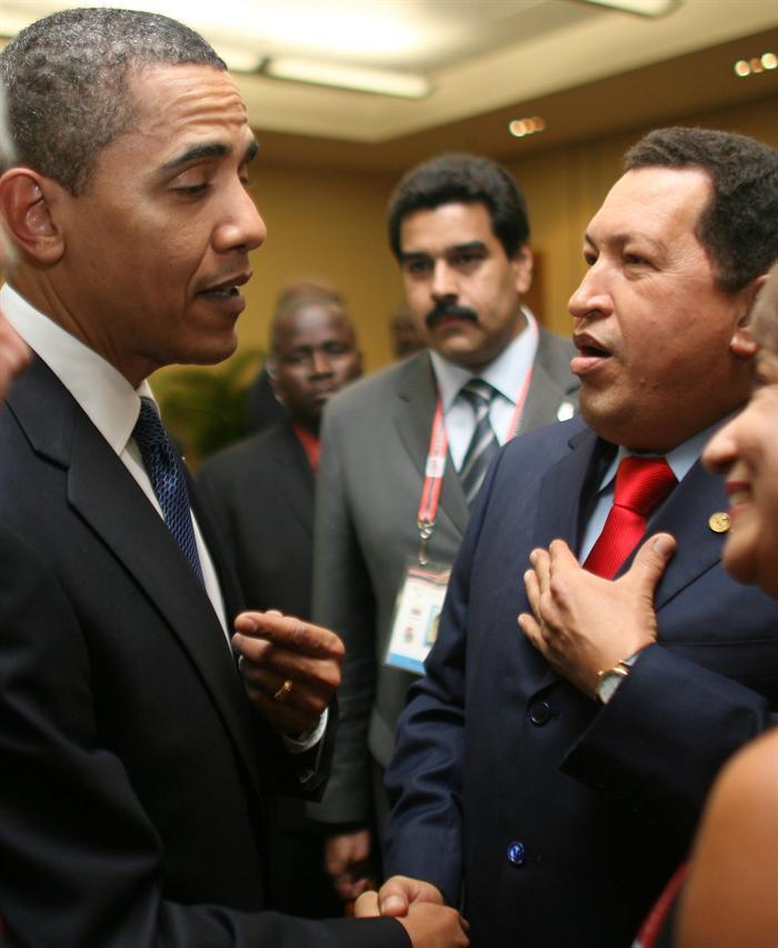 Foto de archivo: Obama y Chávez en la V Cumbre de las Américas en 2009. Fuente: EFE
