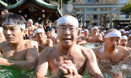 Shinto believers at a purification ceremony in Tokyo Foto: The Guardian
