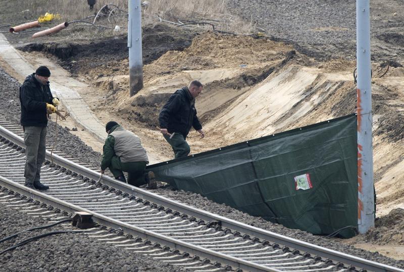 Expertos trabajan en la zona donde se encontró una bomba de la II Guerra Mundial en Berlín. Foto EFE