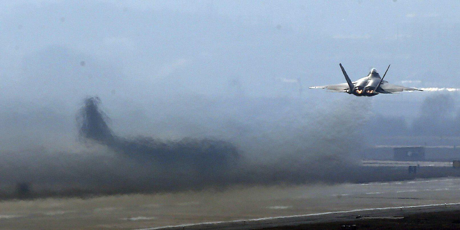 Un avión de combate F-22 Raptor de la Fuerza Aérea estadounidense despega de la base aérea de Osan, en el sur de Seúl. Foto EFE